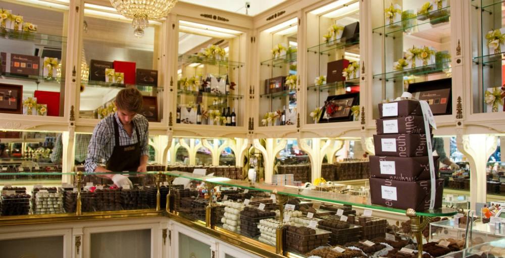 Seller at Neuhaus Chocolate Store Brussels - (c) Pieter Heremans_tcm14-134831